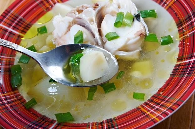 Ukha. russische traditionelle fischsuppe.