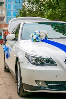 Ukraine dnipro das frischvermählte schmückte das hochzeitsauto