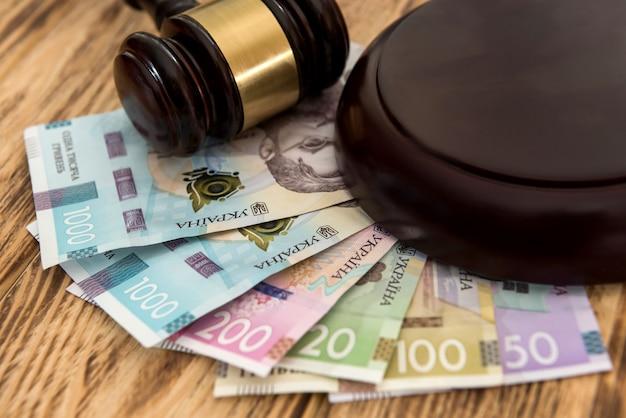 Ukraine geld uah mit holzhammer, korruptionskonzept. recht