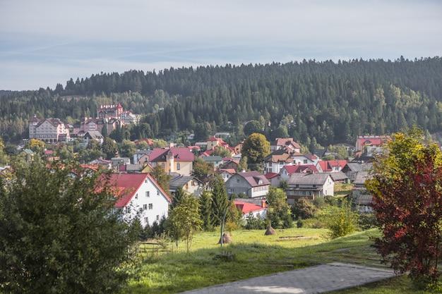 Ukraine karpaten skidnitsa. morgens sonniger tag ist in der berglandschaft. karpaten, europa. schönheitswelt. große auflösung.