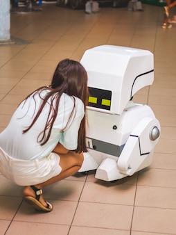 Ukraine khmelnitsky august girl neben einem kleinen spielzeugroboter