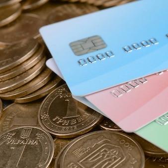 Ukrainische geldmünzen und farbige kreditkarten schließen oben