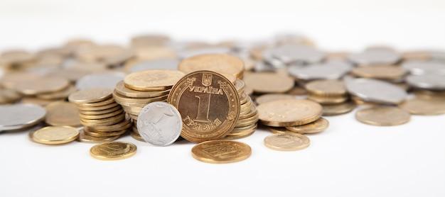 Ukrainische münzen auf weißem hintergrund