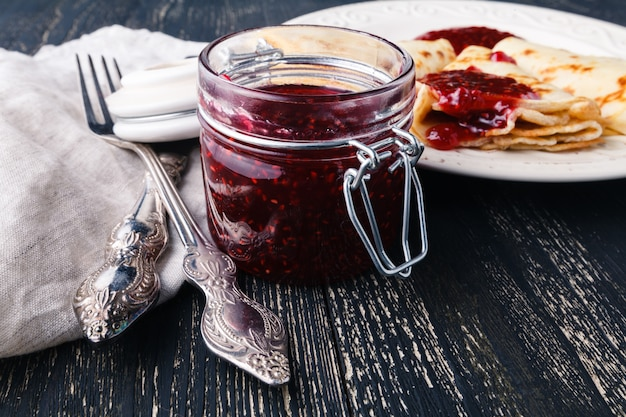 Ukrainische oder russische pfannkuchen-blini mit aromatisierter beerenmarmelade