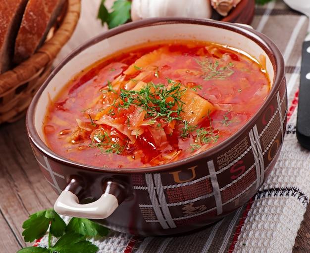 Ukrainische und russische nationale rote suppe borschtsch nahaufnahme