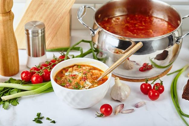 Ukrainische und russische traditionelle rote-bete-suppe borschtsch aus rüben kohl kartoffeln rindfleisch und ...