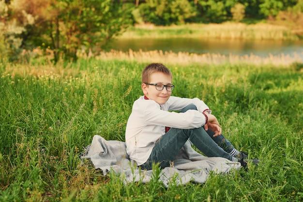 Ukrainischer kinderjunge in der stickerei auf dem feld