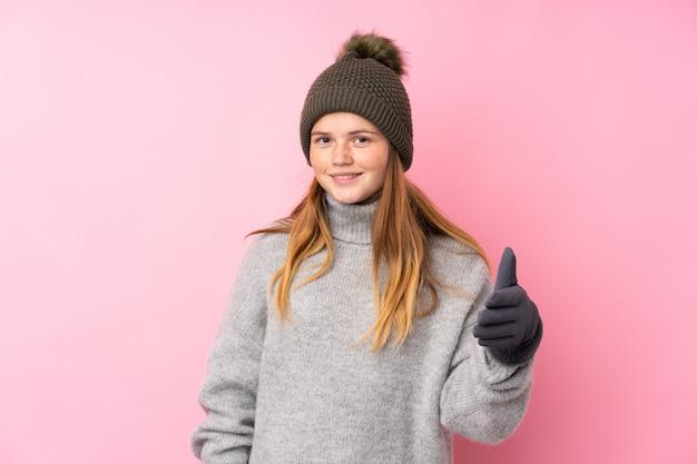 Ukrainisches jugendlichmädchen mit dem winterhuthändeschütteln nach viel