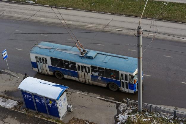 Uljanowsk, russland - 03. dezember 2019: alter trolleybus ziu-10 an der haltestelle der öffentlichen verkehrsmittel am sonnigen wintertag. umweltfreundlicher transport.