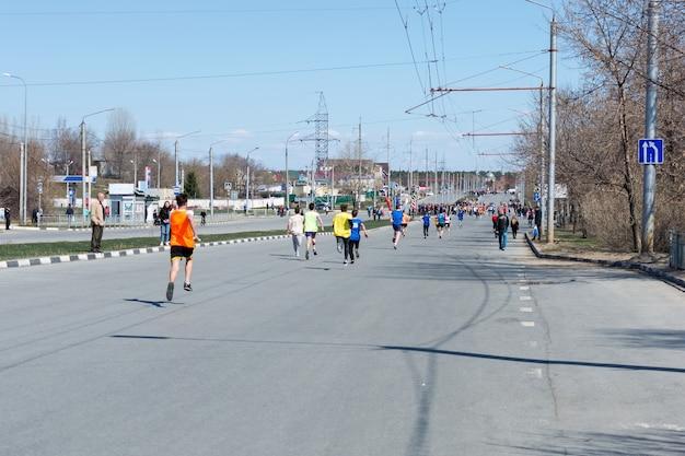 Uljanowsk, russland - 20. april 2019: jährlicher stadtfrühlingsmarathon. sonniger tag. gesunder lebensstil. stadt relais.