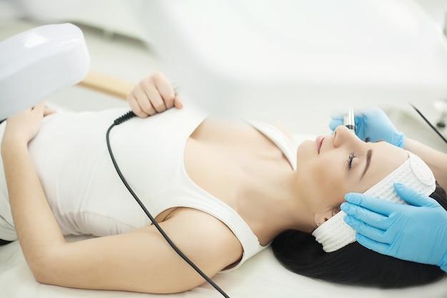Ultraschall-gesichtsreinigung, peeling in einem schönheitssalon