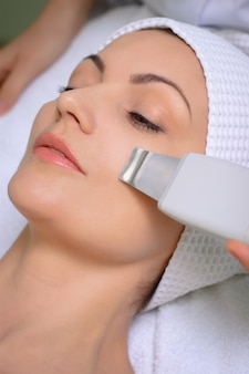 Ultraschallhautreinigung am schönheitssalon