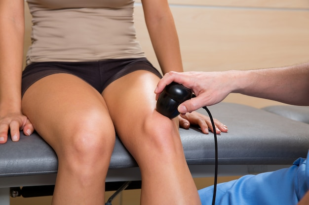 Ultraschalltherapiemaschinenbehandlungsdoktor und -frau
