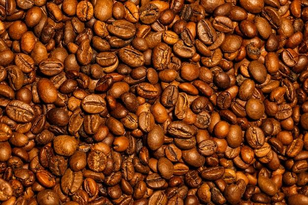 Ultrascharfe textur von braunen kaffeebohnen, aufgenommen mit makroobjektiv