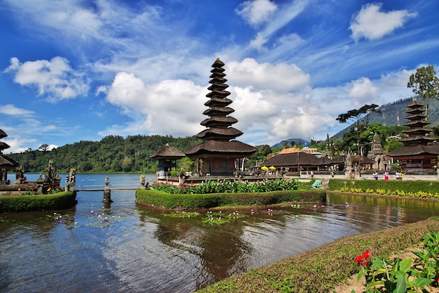 Ulun danu bratan temple auf bali, indonesien