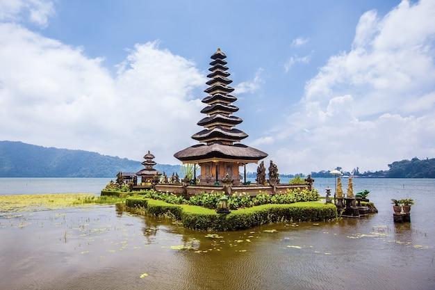 Ulun danu tempel beratan see. exotischer tourismus. der rest des äquators. bali, indonesien