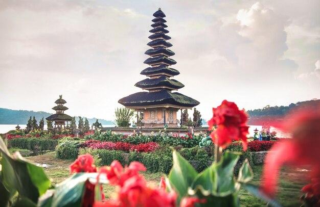 Ulun danu tempel in bali, indonesien - schwimmender tempel