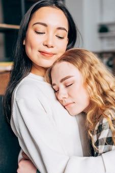 Umarmung junger freundinnen