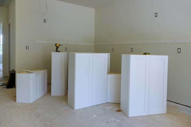 Umbau der heimwerkeransicht in einem neuen möbel in der küche installiert