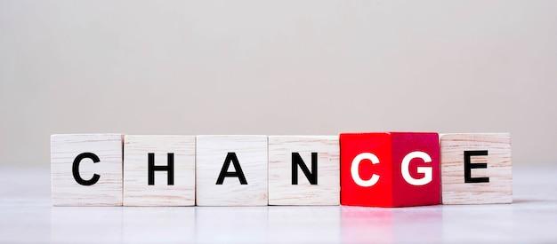 Umdrehen von holzwürfelblöcken mit change to chance-text