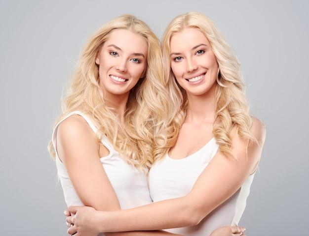 Umfassende zwillinge auf grauem hintergrund