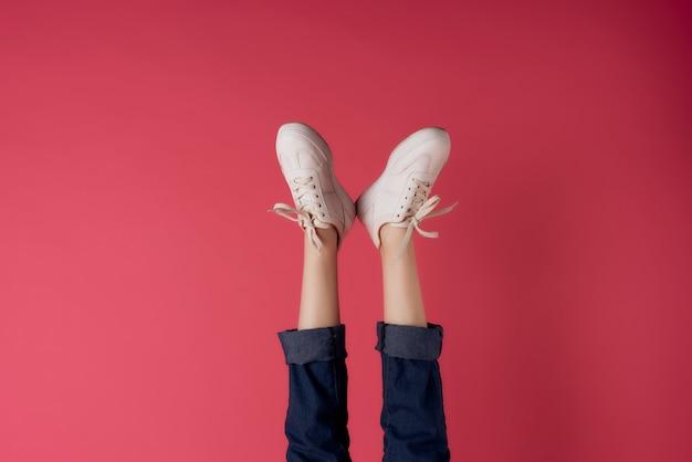 Umgekehrte weibliche beine turnschuhe mode abgeschnittene ansicht
