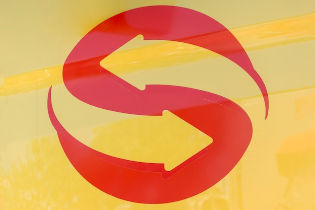 Umgekehrter pfeil, der ein logo-design erstellt