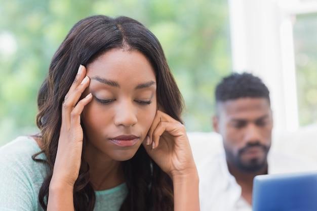Umgekippte frau, die vom partner ignoriert wird