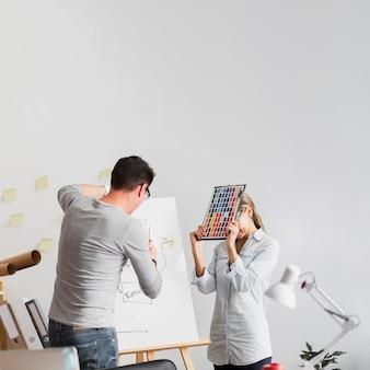 Umgekippte frau und mann, die an unternehmensproblemen arbeiten