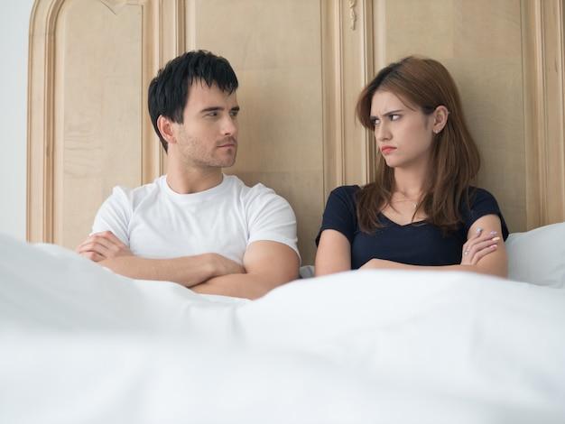 Umgekippte junge paare, die probleme im schlafzimmer haben