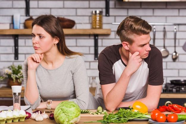 Umgekippte junge paare im streit in der küche