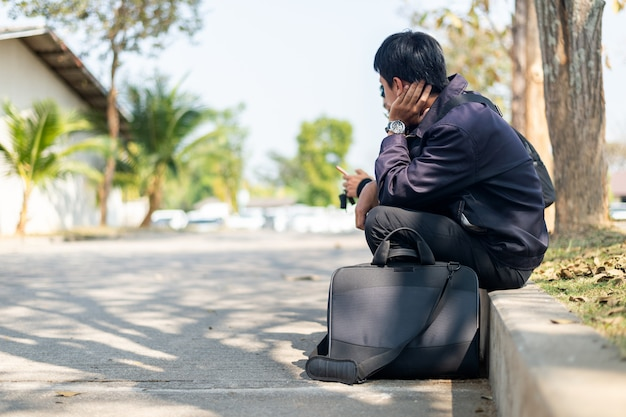 Umgekippter arbeitsloser mann in der krise, die auf dem boden sitzt