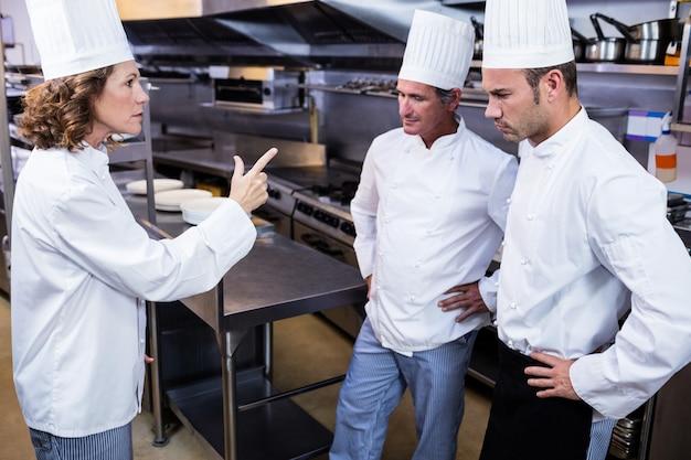 Umgekippter küchenchef, der mit ihrem team spricht