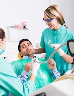 Umgekippter kunde in der zahnmedizinischen klinik