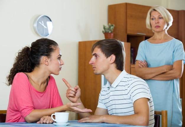 Umgekippter weiblicher rentner, der die erwachsenen kinder zu hause streitet überwacht