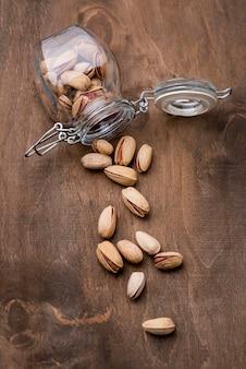Umgekipptes glas mit gerösteten pistazien-nutstop-ansicht