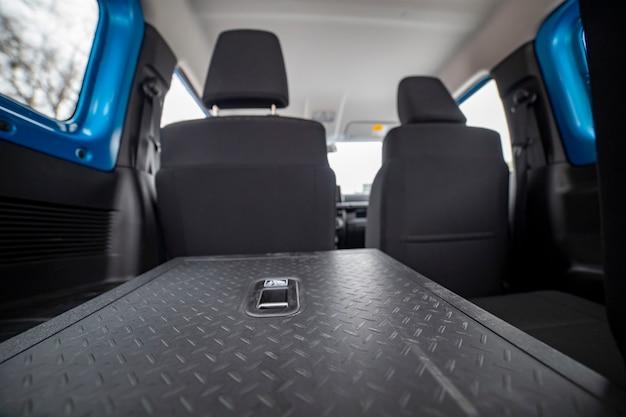 Umgeklappte rücksitze im auto, rückansicht hautnah. untersicht