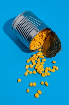 Umgestürzte blechdose mit mais gefüllt