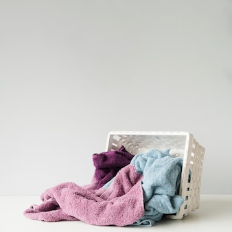 Umgeworfener wäschekorb mit kopienraum