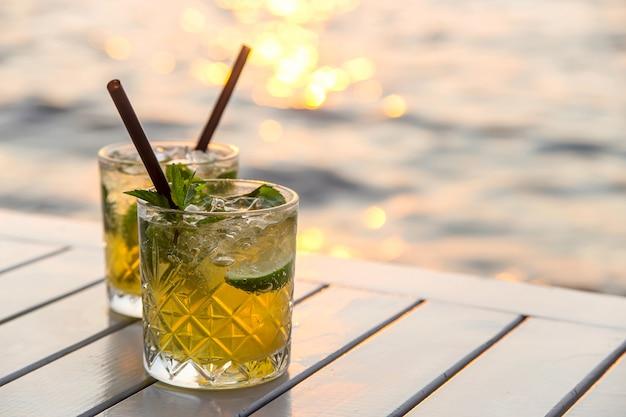 Umhüllung mojito in einem straßenkaffee als sommerferien