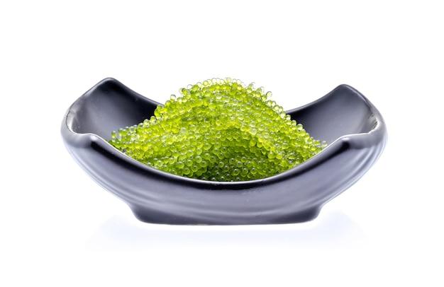 Umi-budou, traubenalgen oder grüner kaviar isoliert auf weißem hintergrund
