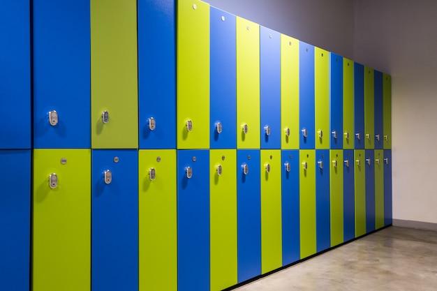 Umkleideraum für grüne und blaue kleidung in einem fitnessstudio oder sportzentrum