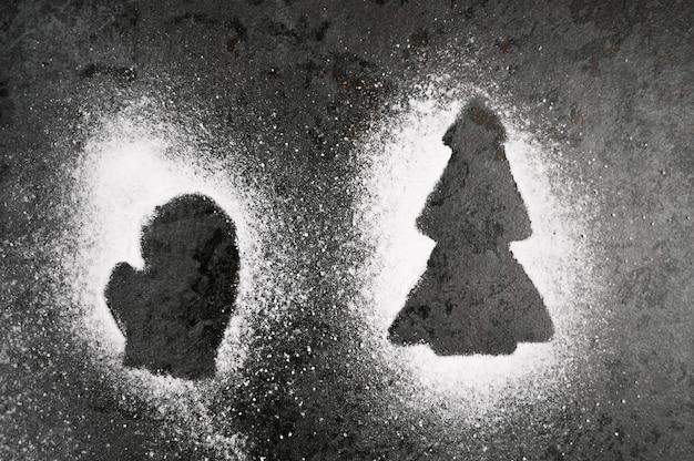 Umrisse von neujahrsmustern mit mehl. foto in hoher qualität