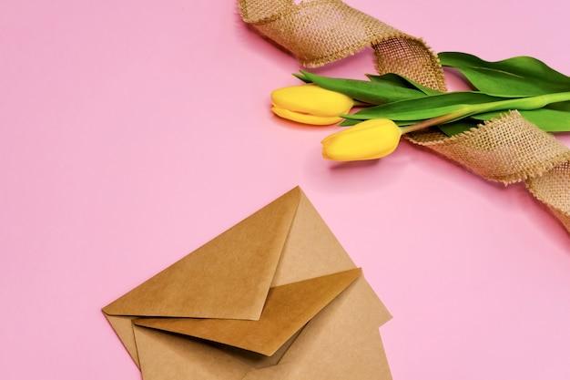 Umschläge und tulpen.