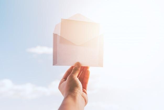 Umschlag für modell und hintergrund des sonnigen himmels