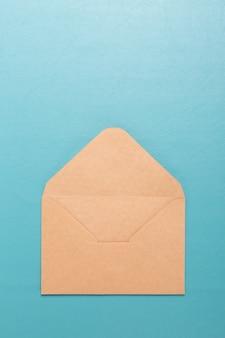 Umschlag leer auf blauem blackground.