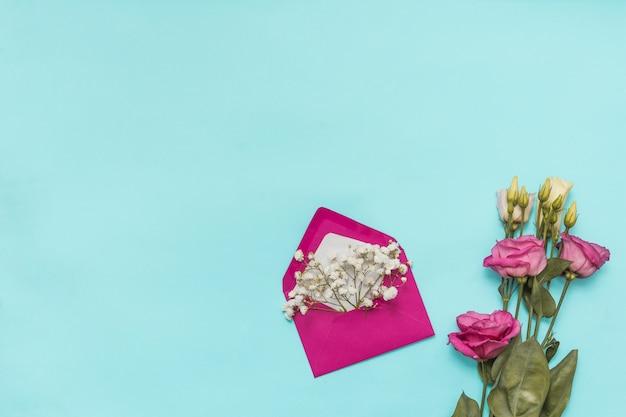Umschlag mit blumenzweigen und rosen