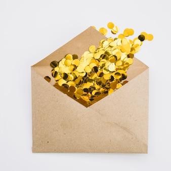 Umschlag mit glänzendem konfetti