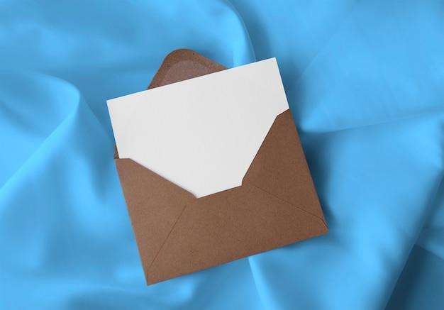 Umschlag mit karte auf stoff