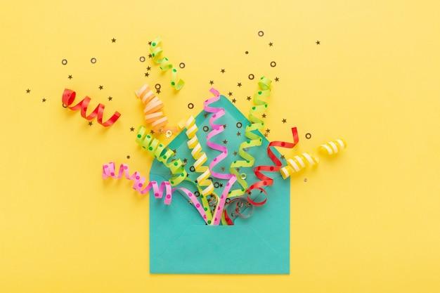 Umschlag mit konfetti-explosion auf gelb